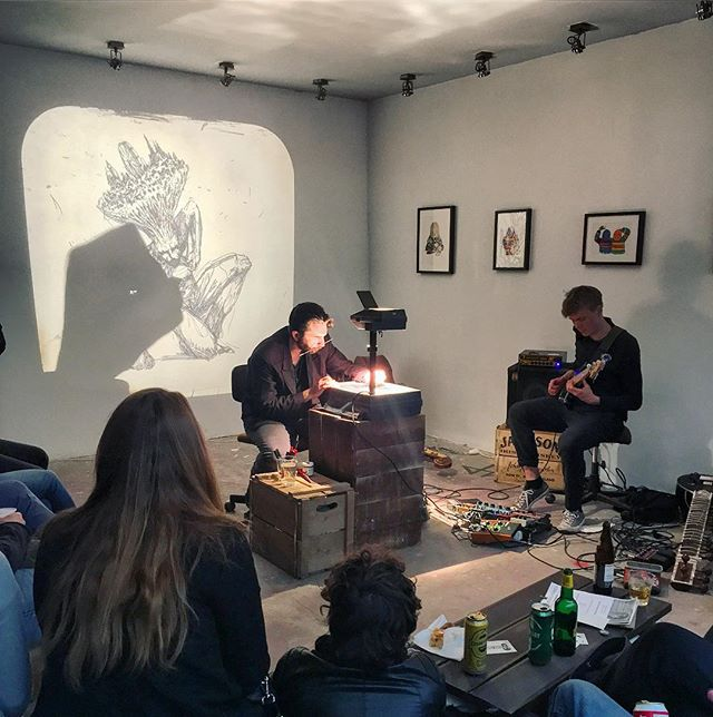 Live Jam Session mit Zeichner in der @improperwalls gallery #reindorfgasse #reindorfgassenfest #blockparty2017 #improperwalls #bloomapp #bloom #wien #igersvienna #vienna #jamsession #contemporaryart #pencilsketch