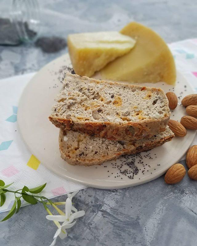 Llego el #viernesderecetas junto a @cpiedrasblancas. Como les anticipe en las stories hoy voy a mostrarles como hacer un pan de lino con queso pecorino.  Para hacer el pan en un molde de budin vas a necesitar ◻150 grs de harina de lino (se compra en cualquier dietetics, yo amo @newgarden.dietetica) ◻1 sobre de levadura seca ◻10 claras de huevo ◻1 pizca de sal ◻2 cucharadas de miel ◻50 grs de queso pecorino @cpiedrasblancas rayado fino o grueso como a ustedes mas les guste ◻Semillas de lino o trozos de almendras o especies (opcional)  Preparacion ✅Precalentar el horno a 180 °C ✅Mezclar el harina con las claras de huevo por 5 minutos ✅Agregar la sal, la levadura, sal y la miel. Por ultimo el queso rayado. Dejar reposar en un lugar calido por 5 minutos ✅Llevar la masa ya levada a un molde de budin y dejar descansar por 5 minutos mas.  Pincelar con huevo y espolvorear un poco mas de queso o semillas de lino, trozos de almendras o alguna especie. Llevar al horno por 30/35 minutos. Dejar enfriar antes de cortar  Como ven es super fácil! Yo lo hago entero, lo corto en rodajas y lo congelo asi tengo ricas tostadas o un sándwich. El queso pecorino le da un gustito increible. Lo hacen y me cuentan?? Ideal para las fiestas o una picada  Este es el la ultima receta del año junto a @cpiedrasblancas. Gracias por confiar en mi creatividad y mi trabajo y darme vuelo para crear estas recetas con sus increibles productos.