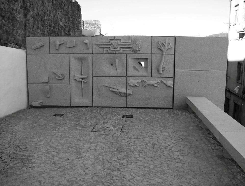 Portão da barbacã do Castelo de Portalegre-granito-2005.jpg