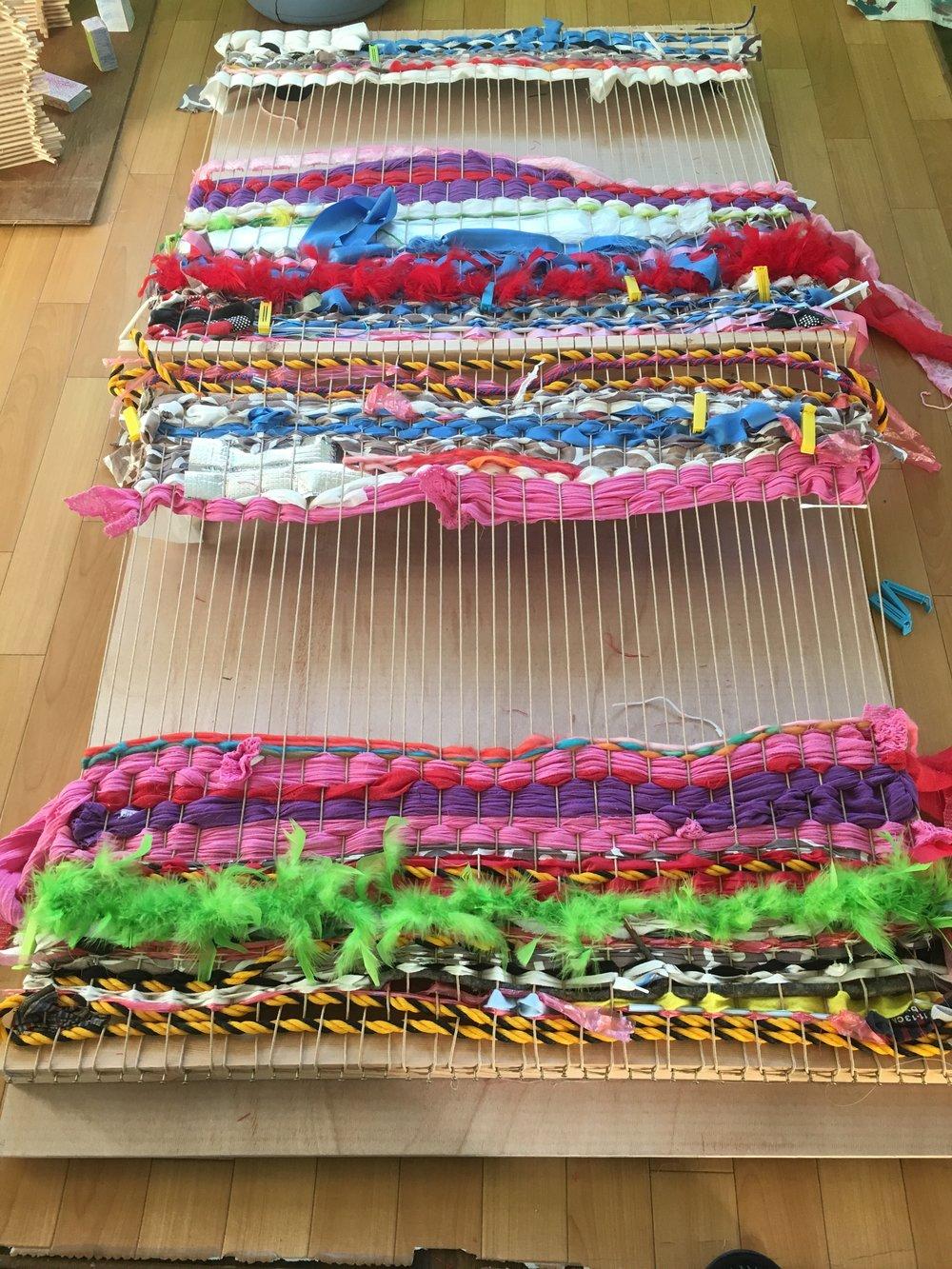 色彩豊か!4ヶ月をかけて装飾材料を集めたり購入したりしました。  ロープやプラスティック、リボン、スカーフ、羽毛、生地を編機に編み込みました。 児童が次は何を入れるのか楽しみです!