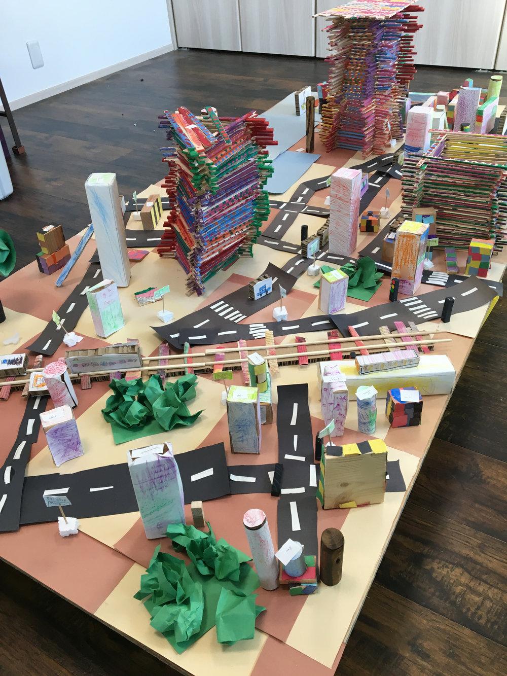 子ども達は大きな建物や樹木などを加えました。
