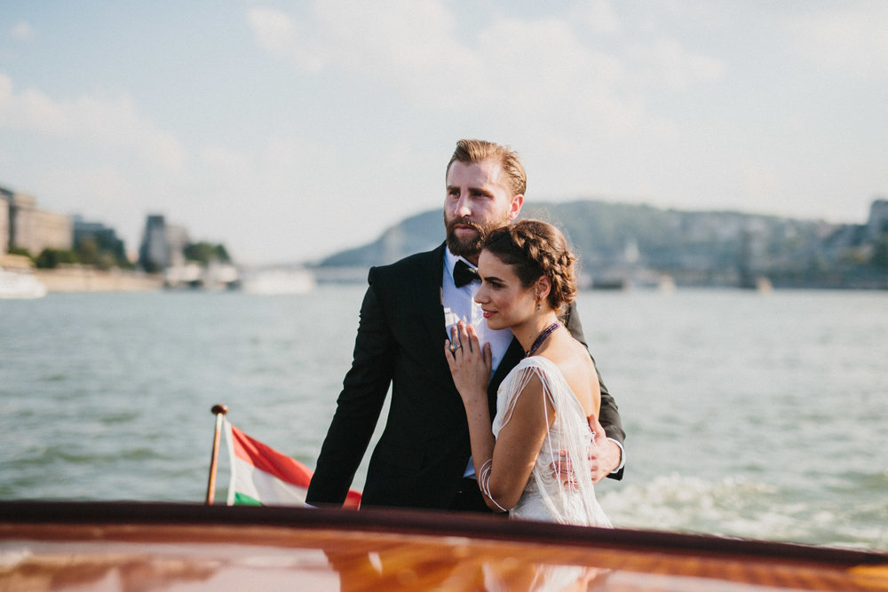 Well+Travelled+Bride+Dunarama+Budapest+Honeymoon+Boat.jpg