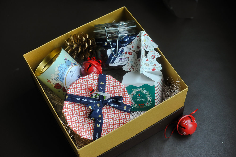 D. NOEL   (IDR 520K)            1 cans cookie, 1 medium jar cookie, 1 mini fruitcake, 1 box candy
