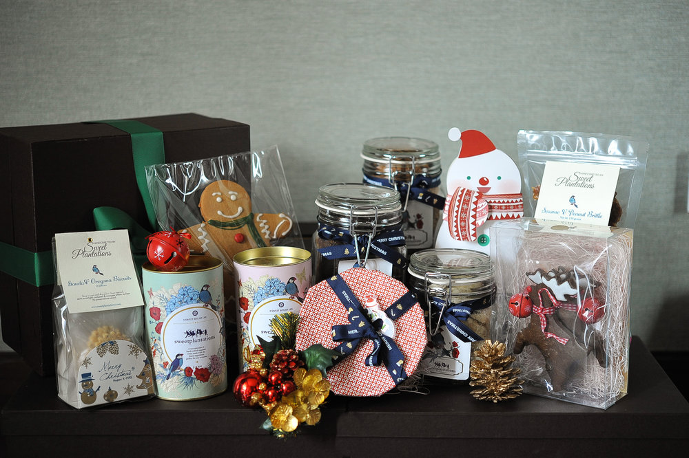 J. SANTA    (  IDR 1,650K)                2 cans cookies, 3 large jar cookies, 1 medium fruitcake, 1 sesame peanut brittle, 1 gingerbread man, gouda & oregano biscuits, 1 box reindeer cookies, 1 box chocolate(snowman)