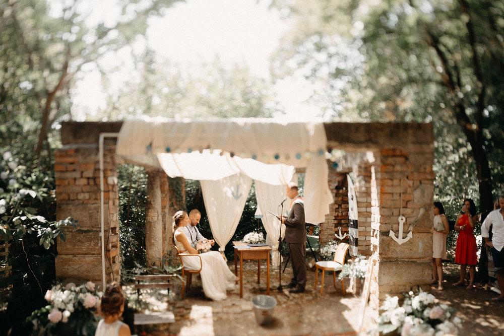Timi és Árpi csodásan laza kertiparty esküvője
