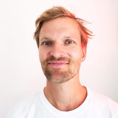 Bård Rostrup GabrielsenArt Director - Bård er utdannet AD fra Westerdals og bakgrunn fra flere av Norges sterkeste kreative miljøer. Gjennom 7 år i TRY/Apt, Los & co og Anti har han bidratt til en rekke prisvinnende jobber. På fritiden leker han illustratør, er medeier i iskremmerket På Pinne og prøver å ta vare på havet sammen med Nordic Ocean Watch.bard@brunchoslo.no+ 47 90 23 23 02