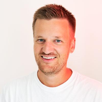 SimenBraathenTekstforfatter - Simen er utdannet tekstforfatter fra Westerdals. Han har jobbet i CP+B Colorado, var med å starte Leo Burnett New York og kommer sist fra TRY. Han lager også dokumentarfilm og debuten hans er vist i 12 land, i FN og var nominert til Gullruten 16'.LinkedInsimen@brunchoslo.no+ 47 922 53 621