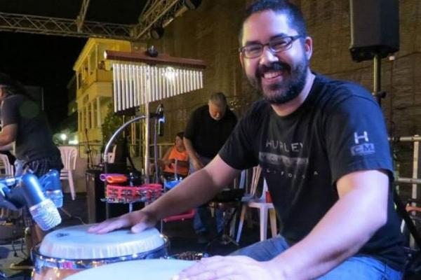 Javier Hernández también es percusionista