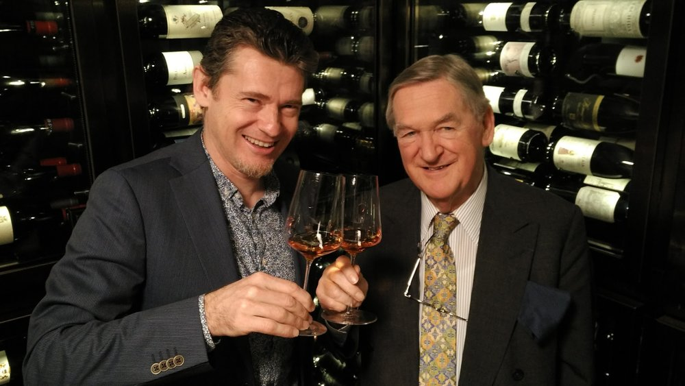 Simon Woolf e Hugh Johnson brindano al futuro degli orange wines...