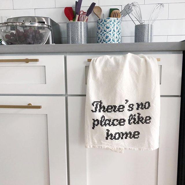 NEW 👩🏼‍🍳🥖 There Is No Place Like Home!! flour sack tea towels • GI shop link in profile 🖤 •• https://thehouseofbelonging.com/shop/theres-no-place-like-home-tea-towel?rq=tea%20towel