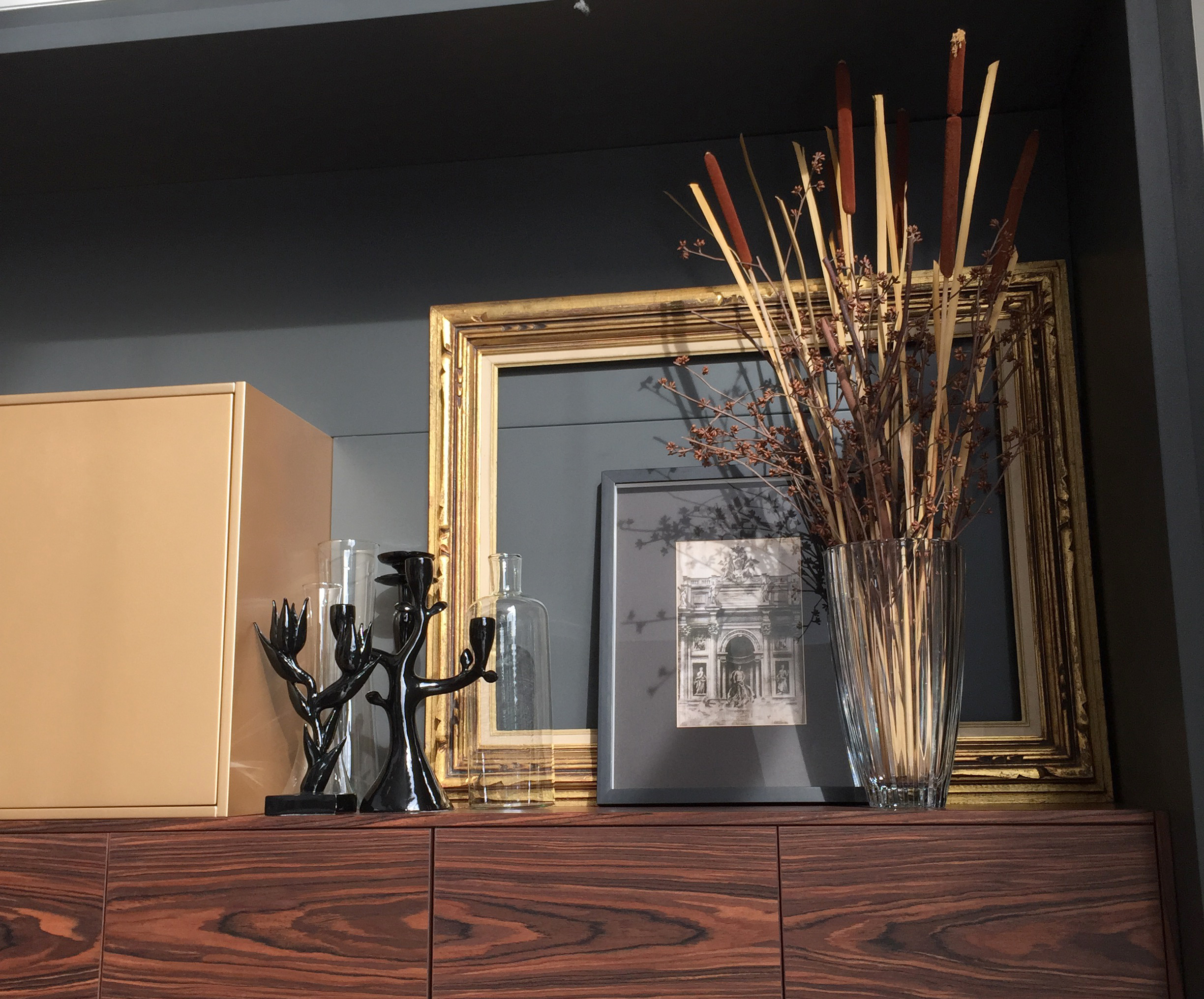 Kitchen finished in glossy black, pearlescent gold and ebony
