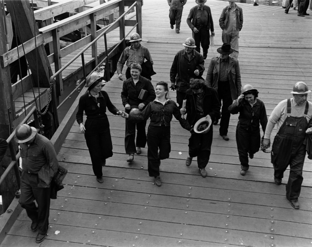 End of the shift at the Richmond Shipyards (Dorothea Lange)