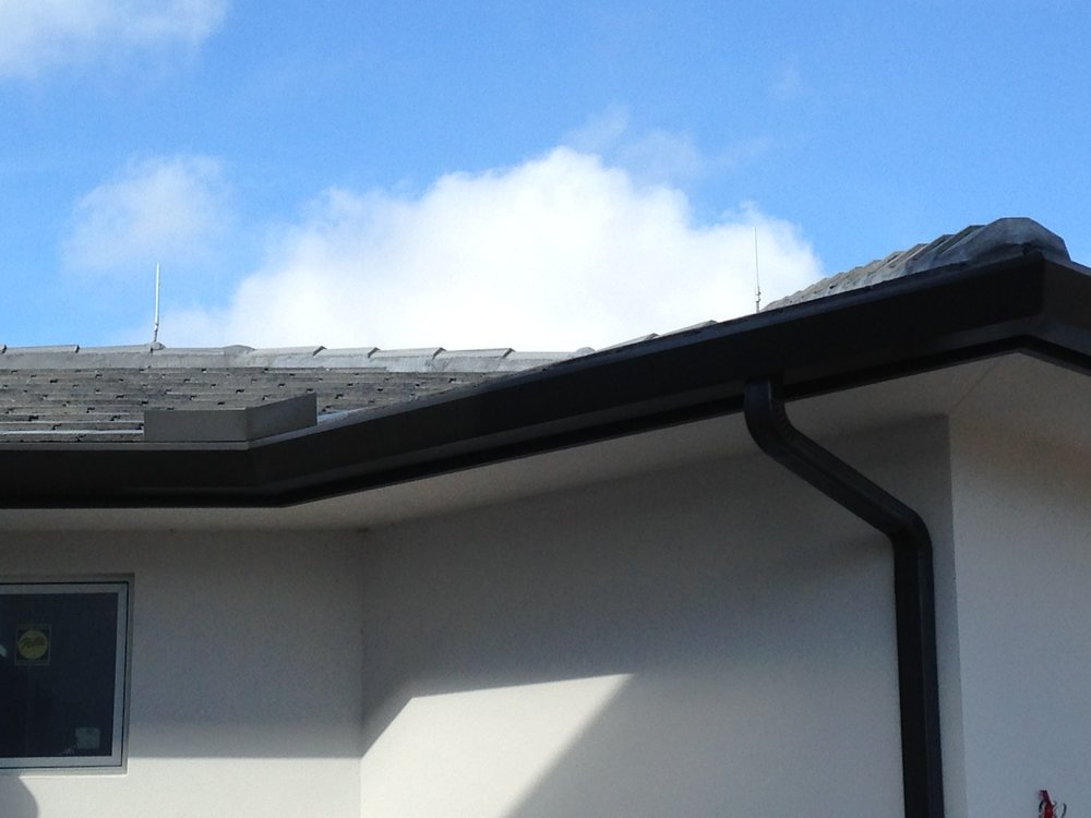 ALUMINUM CONTEMPORARY GUTTER WITH CONTEMPORARY 3X4 DOWNSPOUT IN BRONZE