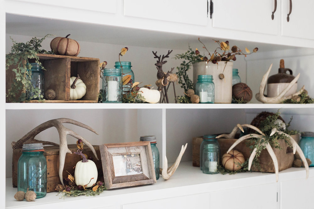 fall_farmhouse_decor_shelf