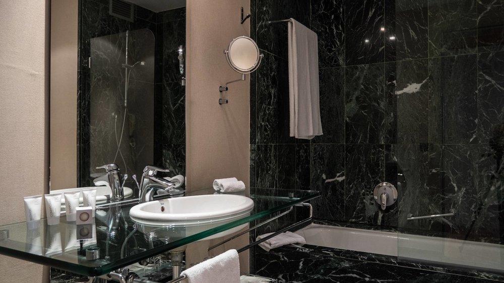agpmg-bathroom-0088-hor-wide.jpg
