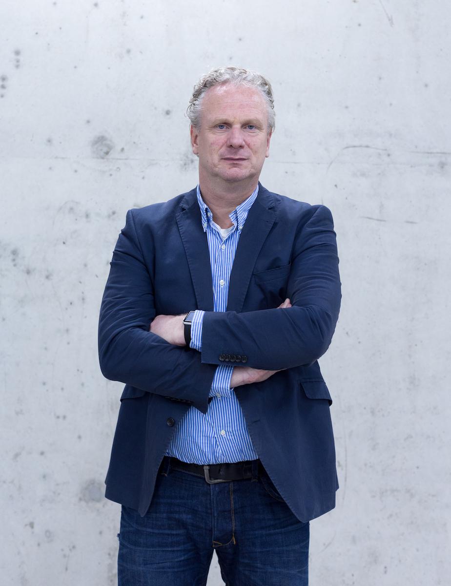 Hartmut ist Gründer und CEO von multi-media-management GmbH mit über 20 Jahren Erfahrung im Bankensektor. Nach der Ausbildung bei der Deutschen Bank und einem BWL-Studium startete er seine Karriere als Consultant für Banken. Bereits 1996 entwickelte er eine der ersten digitalen Kommunikations- und Vertriebsstrategien für das Retailbanking. Seine 1998 gegründete Agentur ist spezialisiert auf digitale Marketinglösungen und Services für Banken. Hartmut ist als Investor und Geschäftsführer in mehreren Start-Ups beteiligt.