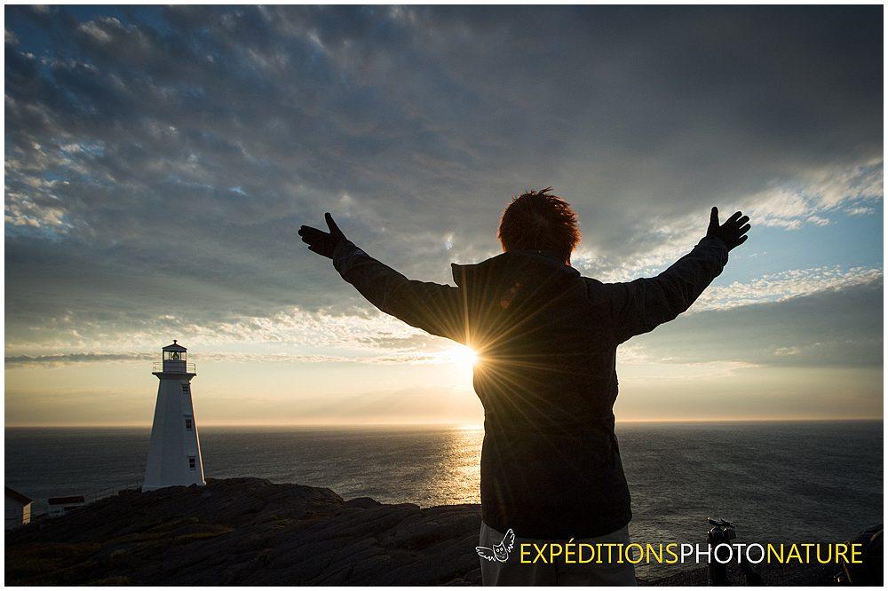 Diane lève les bras pour montrer sa joie devant l'astre de lumière - Crédit photo Vincent Éthier