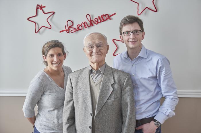 Les fondateurs :Alix Chambéron et Thibaud Debaecker entourant Rémy,le grand-père de  Thibaud et premier bénéficiaire de l'histoire de PicInTouch