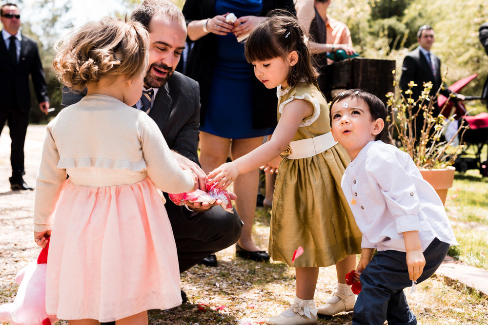 bambini che giocano con i petali