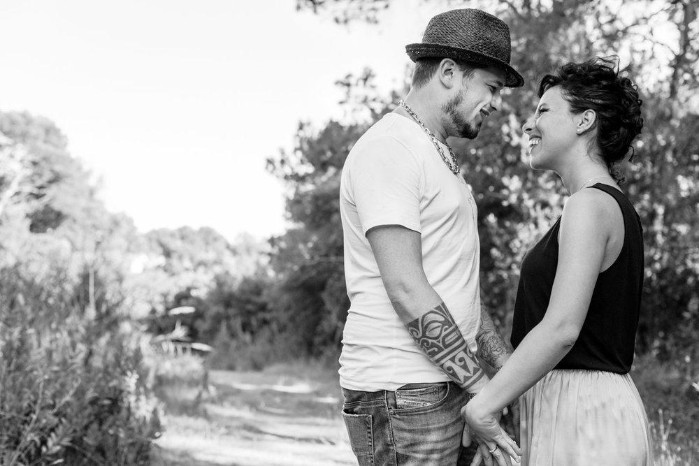 sguardo complice di amore tra coppia giovane bianco e nero