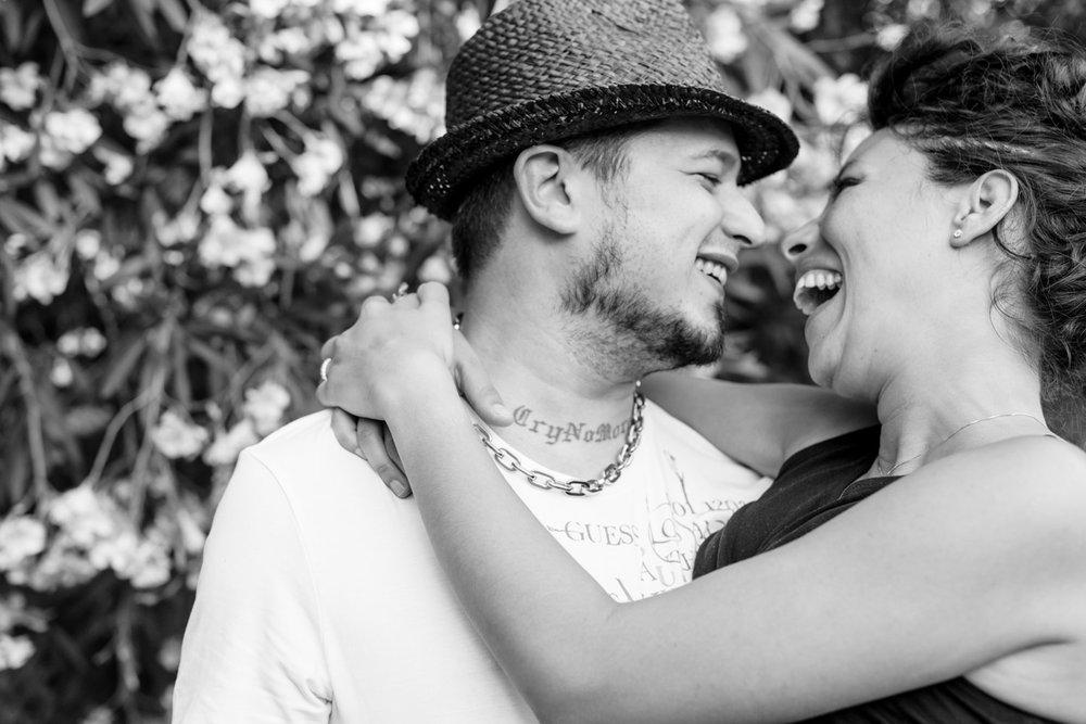 abbraccio forte risata amore
