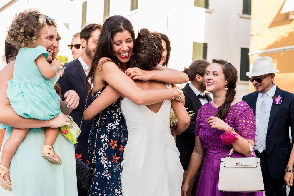 fotografia-sposa-saluti-abbraccio-amicizia