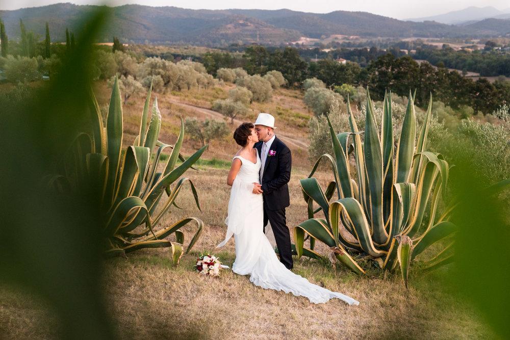 fotografia-sposi-tramonto-toscana-bacio-tenerezza