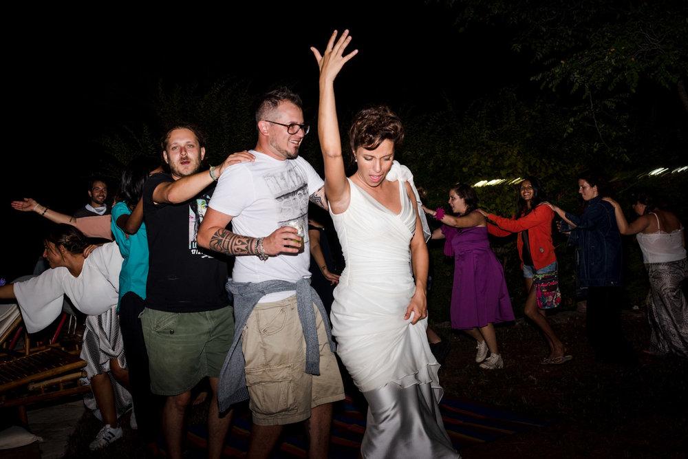 fotografia-festa-matrimonio-allegria-divertimento-sposi-trenino