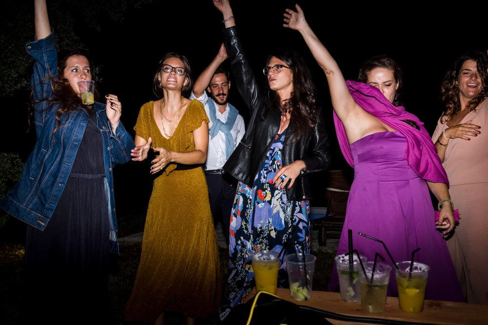 fotografia-festa-matrimonio-allegria-divertimento-amici-ballo