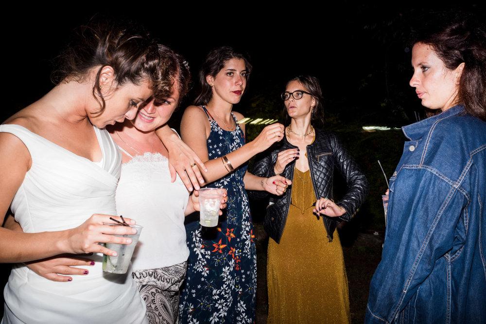 fotografia-festa-matrimonio-allegria-divertimento-amiche-confidenze