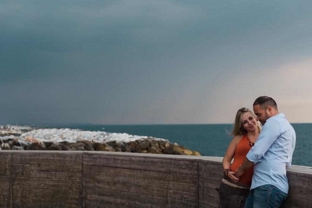 innamorati-mare-panorama-sguardo-abbraccio