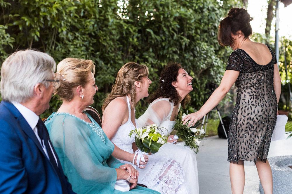 risata-matrimonio-civile-amica-testimone
