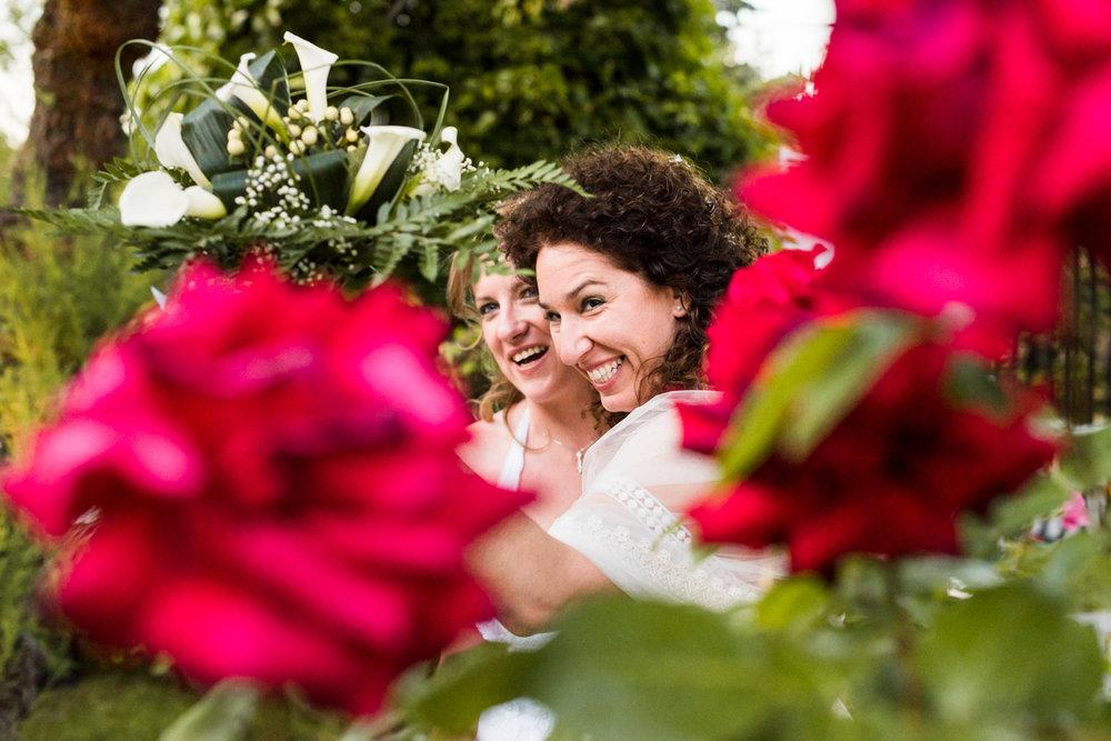 fotografie-coppia-spose-fiori-sorriso