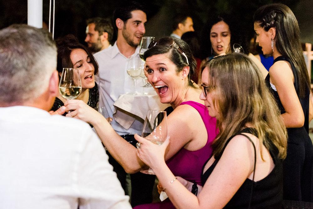 invitados-amigos-risas-disfrute-cocktel-drink