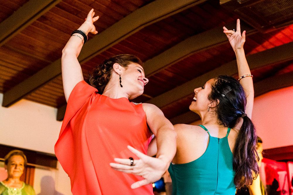 baile-hermana-amiga-manos