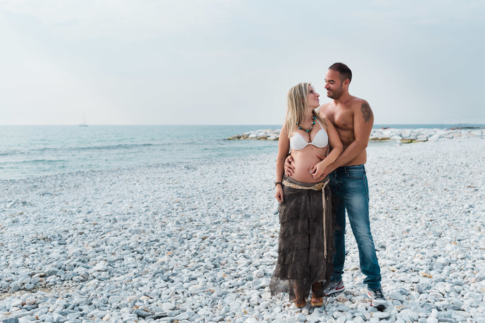 pareja-mirada-playa-mar-abrazo