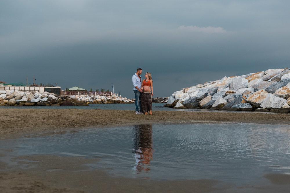 playa-pareja-temporal-abrazo-belleza