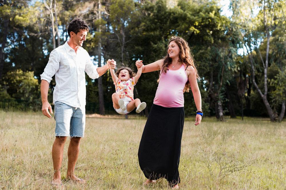 juego-niña-padres-embarazo-familia-disfrutar_juntos-divertirse