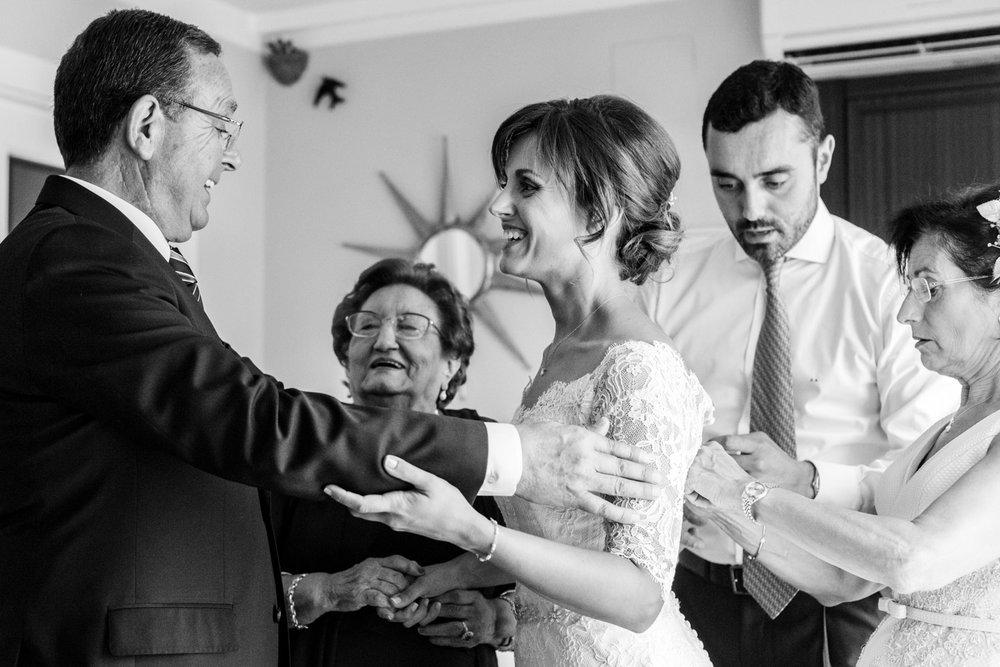 familia-felicidad-preparativos-novia-blanco_y_negro