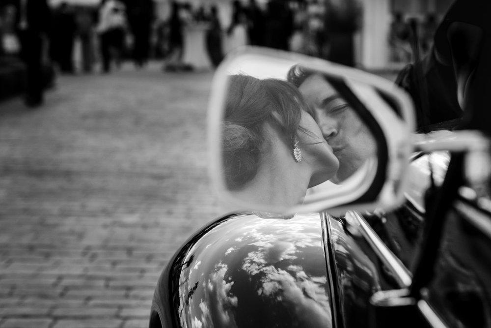 beso-coche-novios-reflejo-cristal-blanco_y_negro