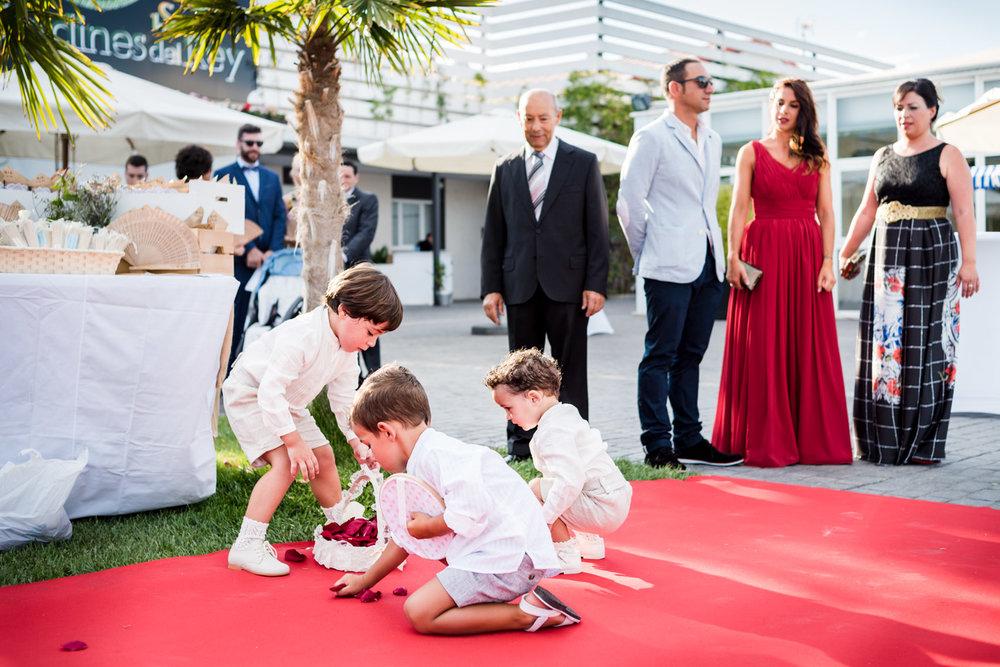 bambini-entrata-petali-giocare-tappeto_rosso