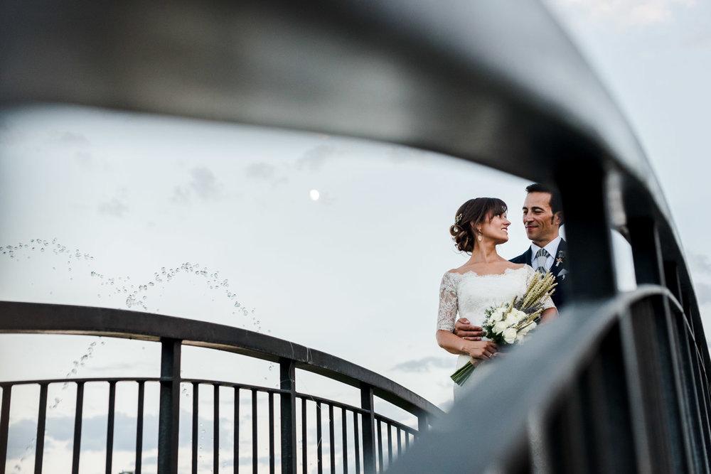 abbraccio-sguardo-sposi-ponte-linee