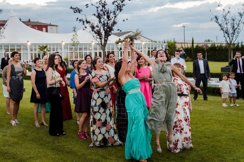 lancio_bouquet-invitate-ragazze-felicità