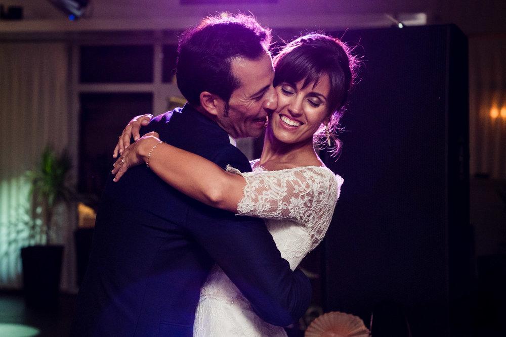 ballo_sposi-felicità-sorriso-bacio-amore-luci-innamorati
