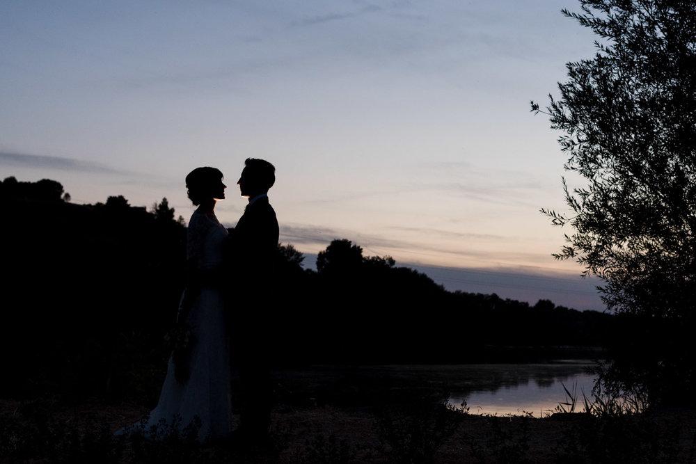 fiume-tramonte-sera-bacio-amore-coppia