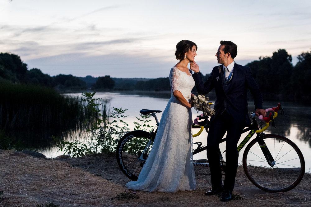 bicicletta-tandem-sposi-carezza-tramonto-fiume