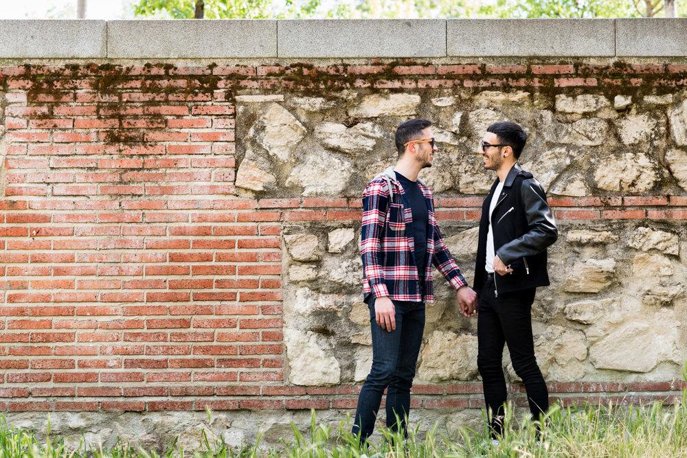 coppia-ragazzi-parete-per_la_mano
