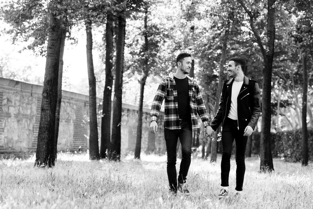 passeggiata-mano_nella_mano-parco-alberi-bianco_e_nero