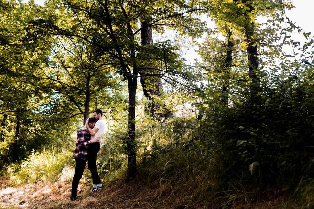 alberi-parco-luci-ombre-abbraccio-volersi_bene-amarsi-serenità-coppia