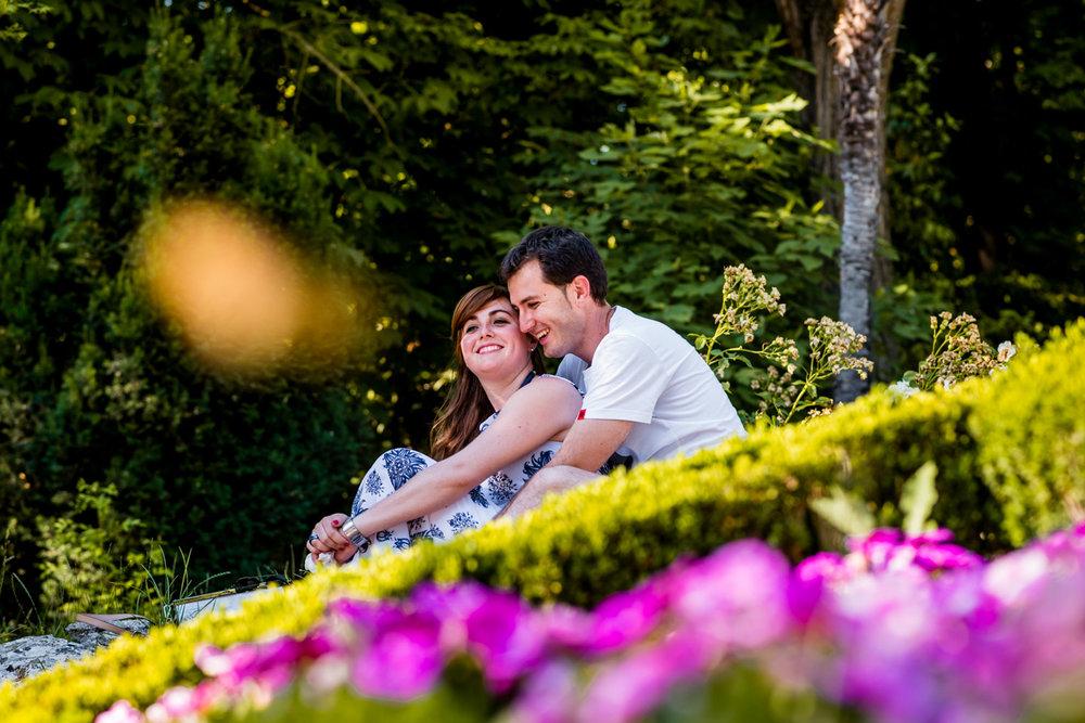 sorriso-abbraccio-fiori-colori-parco-fidanzati